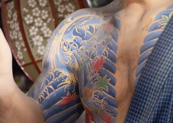 タトゥーが威圧感を与える